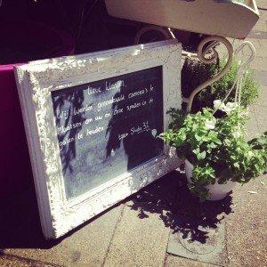 Aankondiging van het gebruik van een bewakingscamera bij een bloemenwinkel.